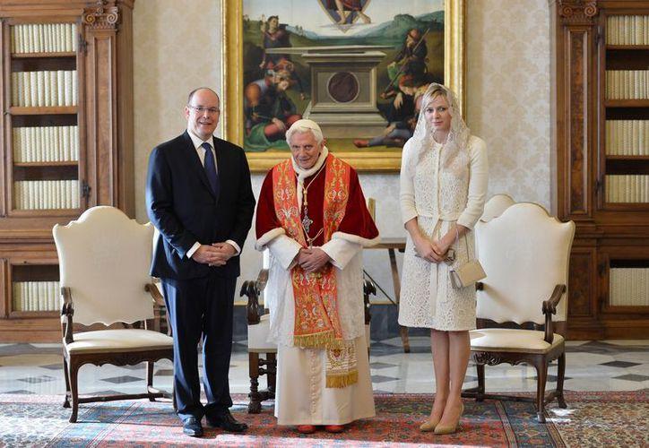 Los príncipes y el pontífice tras su breve charla en el Vaticano. (Agencias)