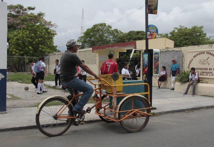 El comercio ambulante ve en las escuelas una ventana de oportunidad. (Tomás Álvarez/SIPSE)