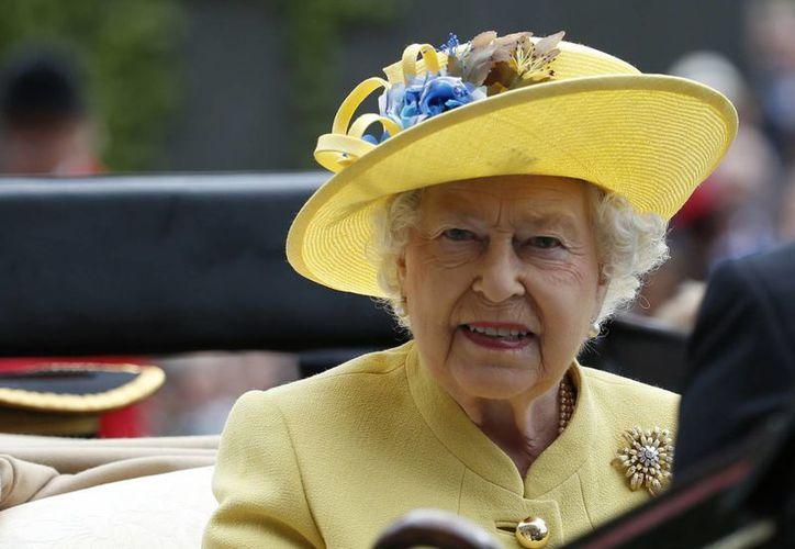 """La reina Isabel II no asistió a la misa de Año Nuevo ya que se recupera de un """"fuerte resfriado'. (AP Photo/Alastair Grant/file)"""