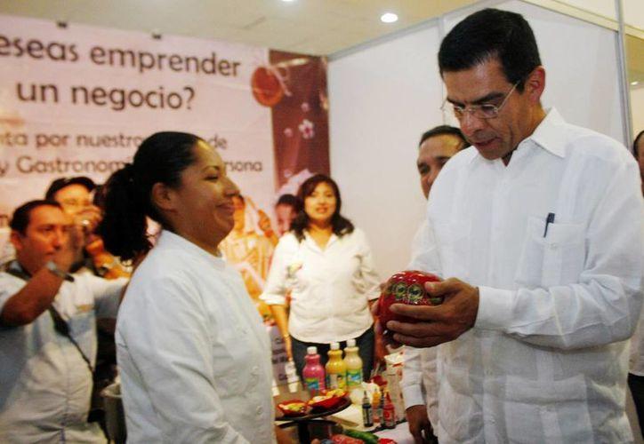 El director general del Inadem  recorrió stand de proyectos emprendedores en el Centro de Convenciones Siglo XXI de Mérida(Milenio Novedades)