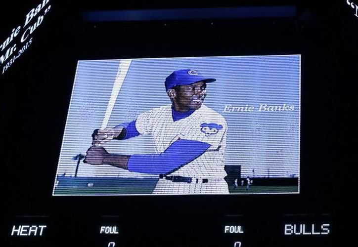 La foto de Ernie Banks es mostrada en la pantalla del United Center antes del partido de los Chicago Bulls contra el Miami Heat. (Foto: AP)