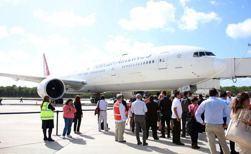 Ayer aterrizó en Cancún el nuevo vuelo de la aerolínea Turkish Airlines. (Karim Moisés/SIPSE)