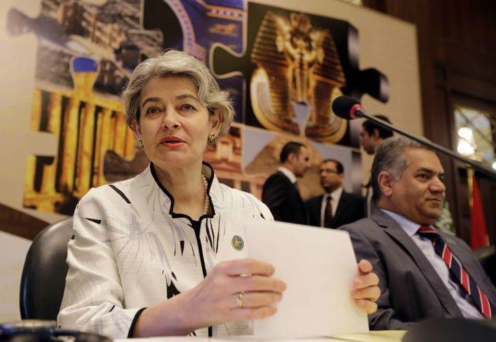 """Imagen de la directora general de la Unesco, Irina Bokova, de Bulgaria y el ministro de Antigüedades egipcio Mamdouh el- Damaty, al asistir a la apertura de la conferencia sobre """"Bienes culturales en peligro""""  en El Cairo , Egipto. (AP)"""