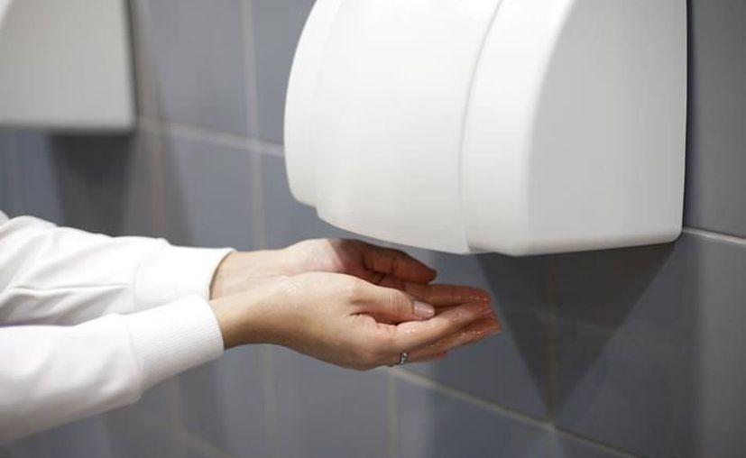 En minutos, una placa dentro del secador de manos se llenó  de hongos y bacterias. (Foto: Colombia)