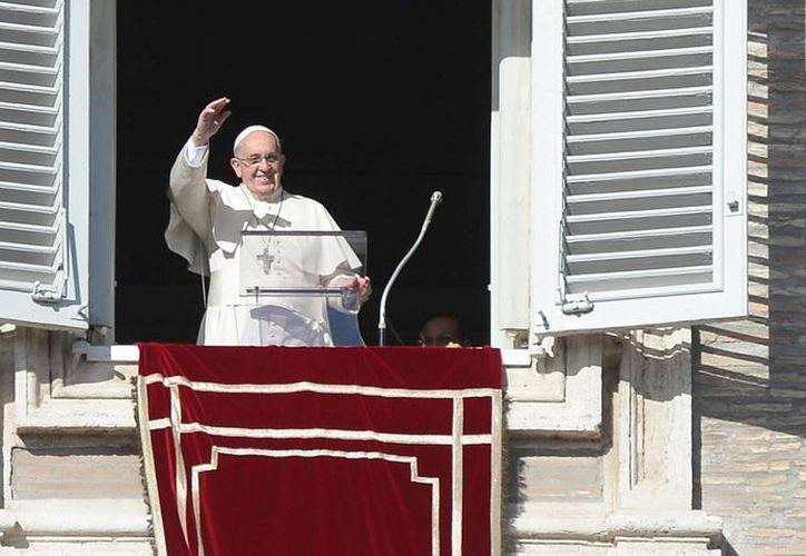 El papa Francisco saluda a los fieles reunidos este domingo en la Plaza de San Pedro tras el rezo del Angfelus. (EFE)