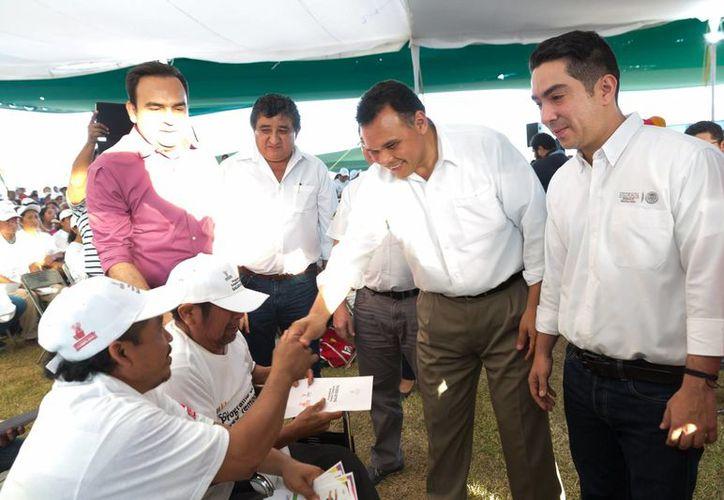 El gobernador Rolando Zapata Bello entrega recursos del PET a beneficiarios del programa. (SIPSE)
