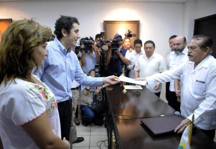 Sarita Blancarte y Javier García Gómez entregan la iniciativa que prohibirá en Yucatán los matrimonios entre menores de edad. (SIPSE)