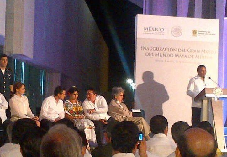 El gobernador Rolando Zapata Bello durante su intervención en el anuncio del Tren Transpeninsular. (SIPSE)