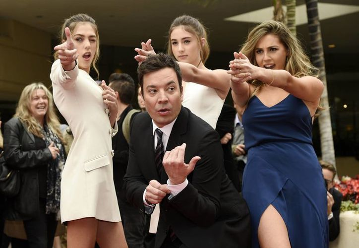 El conductor Jimmy Fallon, junto a Miss Golden Globes, las hermanas Sistine, Scarlet y Sophia Stallone. (Photo by Chris Pizzello/Invision/AP)
