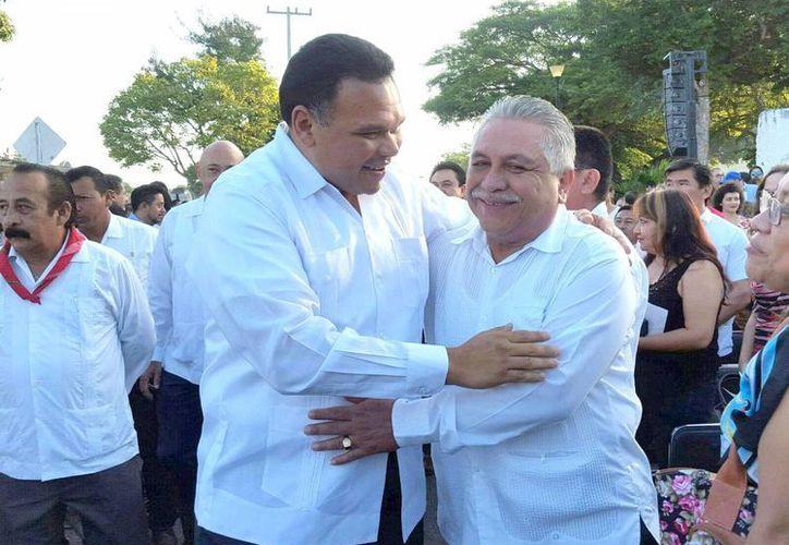 Imagen de archivo del Gobernador Rolando Zapata Bello al saludar a Jervis García, dirigente del Sindicato de Trabajadores al Servicio del Gobierno del Estado. Burócratas piden el aumento salarial de 2016. (Milenio Novedades)