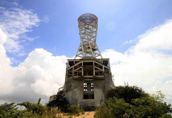 """El monumento se ha convertido en 67 metros de """"fierros"""" que permanecen en un islote artificial en el bulevar Bahía. (Harold Alcocer/SIPSE)"""