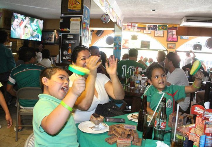 Los aficionados festejaron con emoción el partido de fútbol. (Sergio Orozco/SIPSE)