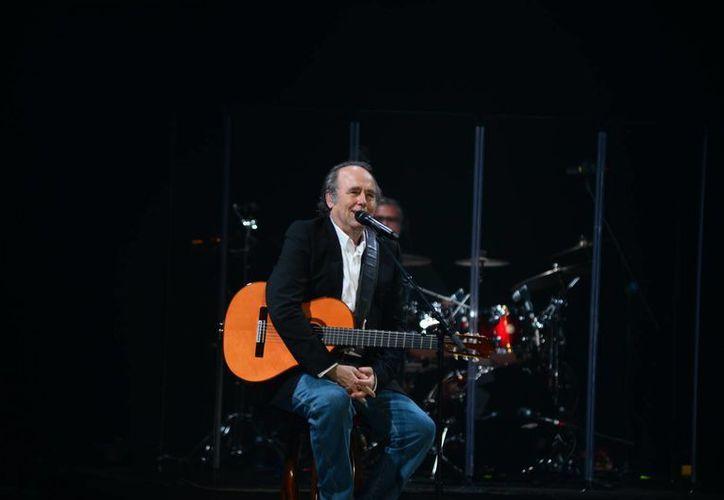 El cantautor español Joan Manuel Serrat durante su actuación en el Teatro Armando Manzanero de Mérida. (Luis Pérez/SIPSE)