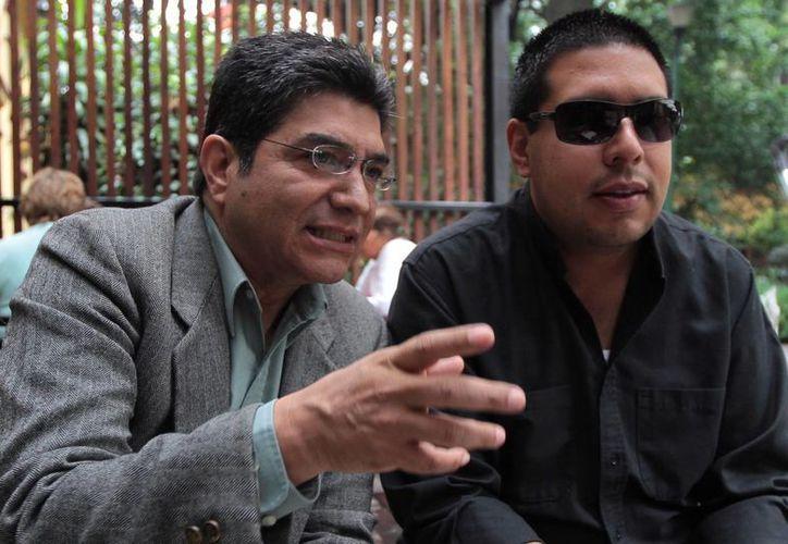 Ricardo Silva (de gris), cuya voz ha traspasado las fronteras de México, participará en el concierto 'Cómic-Anime Sinfónico', que ofrecerá la Orquesta Sinfónica de las Artes. (Notimex)