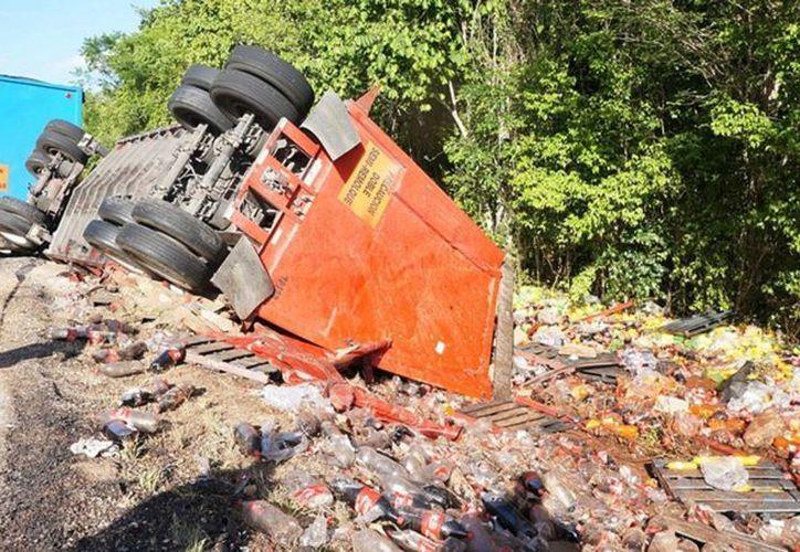 Cientos de botellas de refresco quedaron tiradas a la orilla de la carretera federal 184. (Redacción/SIPSE)