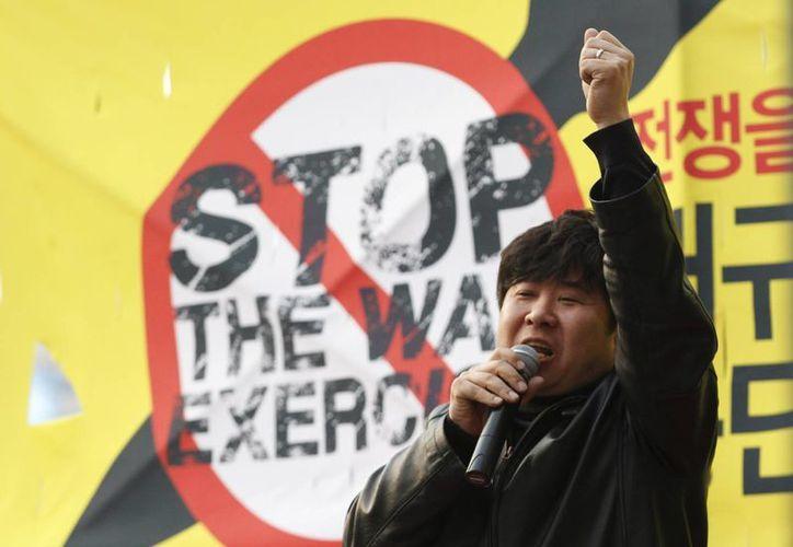 Un manifestante se pronuncia contra los 'ejercicios de guerra' de EU y Corea del Sur. (Agencias)