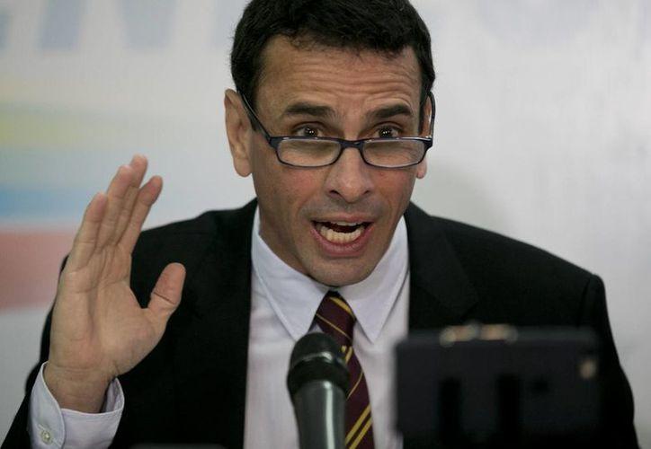Henrique Capriles, anuncia durante una conferencia de prensa que la Contraloría General le abrió seis procesos administrativos, por lo que corre el riesgo de ser inhabilitado políticamente. (AP/Ariana Cubillos)