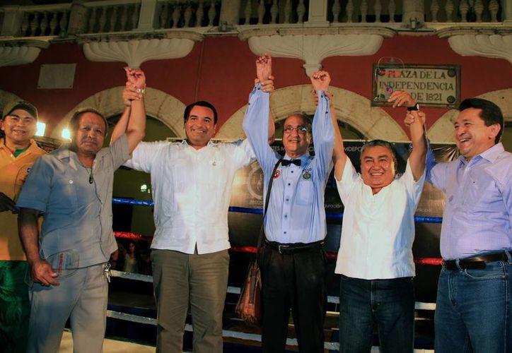 El homenajeado Jesús Erosa con los ex campeones mundiales Juan Herrera, Miguel Canto y Guty Espadas, el alcalde Renán Barrera y el regidor de Deportes, Felipe Duarte. (Wilberth Argüelles/SIPSE)