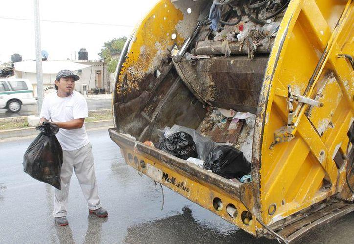 Los camiones recolectores se dieran a la tarea de recoger la mayor cantidad de desechos. (Jesús Tijerina/SIPSE)