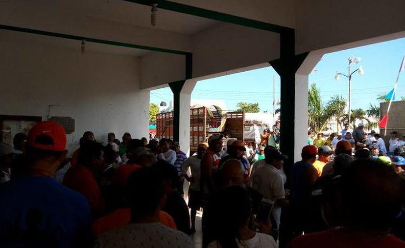 En días pasados, los pobladores de San Felipe se reunieron para sacar a los pescadores que hayan llegado de otras partes. (Cortesía)