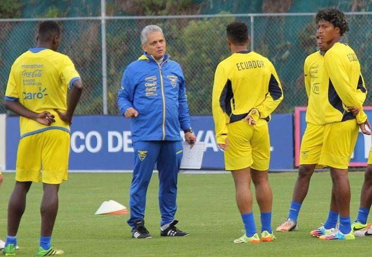 Ecuador asistirá a su tercer mundial en la historia. En la imagen, el DT colombiano Reinaldo Rueda explica la táctica a sus pupilos. (ecuafutbol.org)