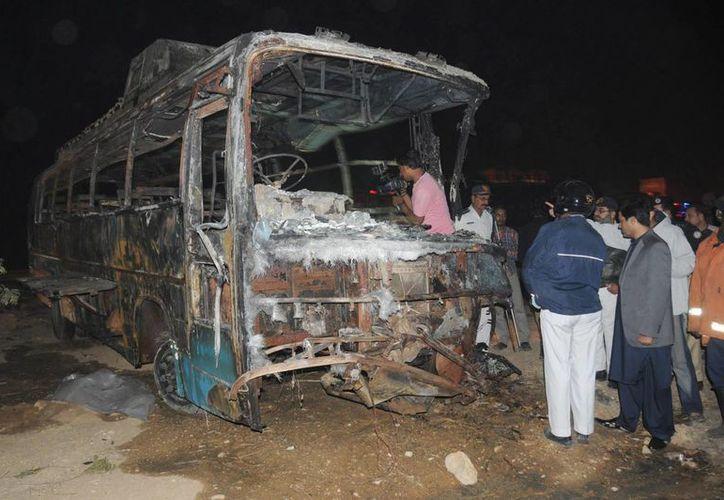Los cuerpos de los pasajeros del autobús quedaron irreconocibles. (EFE)