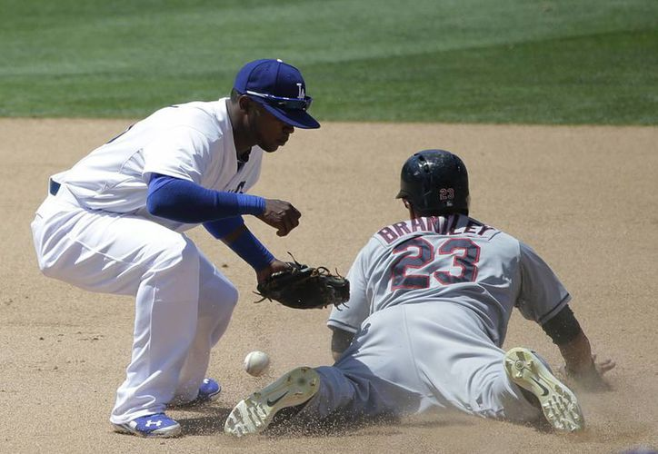 Michael Brantley (d), de Cleveland, se roba la segunda base frente a Carlos Triunfel, de Dodgers. (EFE)