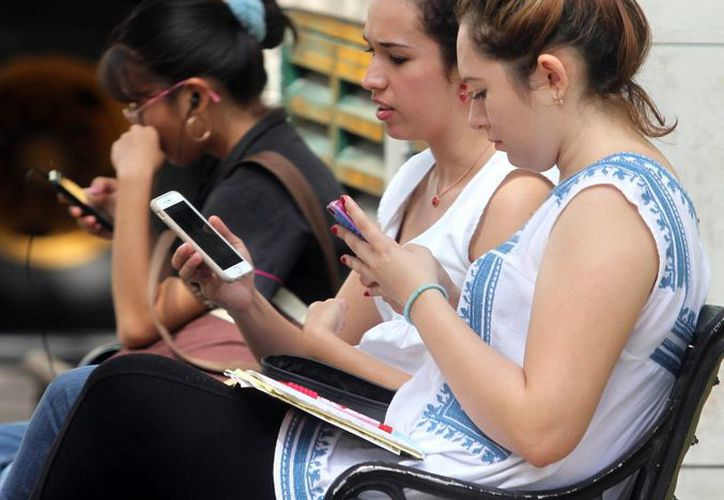 Los jóvenes se sienten seguros usando herramientas digitales. Promueven la tarjeta de crédito virtual llamada Lendik. (Milenio Novedades)