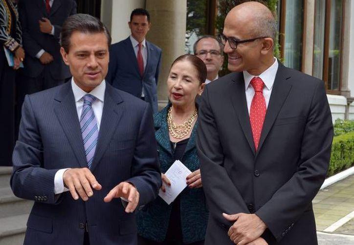 Este jueves, el presidente Enrique Peña Nieto se reunió con el director general de Microsoft Corporation, Satya Nadella. Al encuentro igualmente acudieron jóvenes becarios de la multinacional en México. (Notimex)