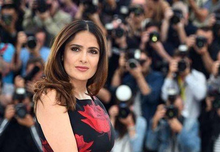 La actriz recibió la sorpresa en el momento en que bajó de su auto, en las instalaciones de la grabación de de la cinta 'Beatriz At Dinner'. (EFE)
