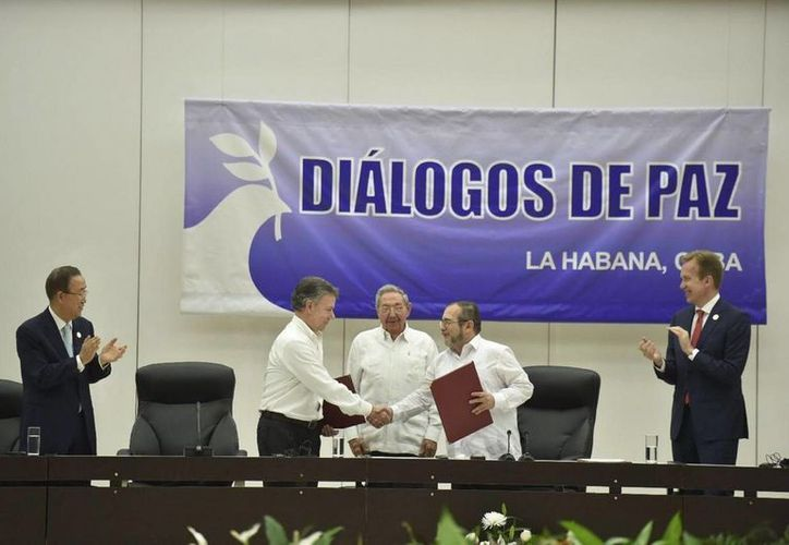 Imagen del 23 de junio de 2016, cuando  las Fuerzas Armadas Revolucionarias de Colombia y el gobierno de Juan Manuel Santos acordaron, en La Habanba, Cuba, un cese bilateral y definitivo del fuego. (Archivo/Notimex)