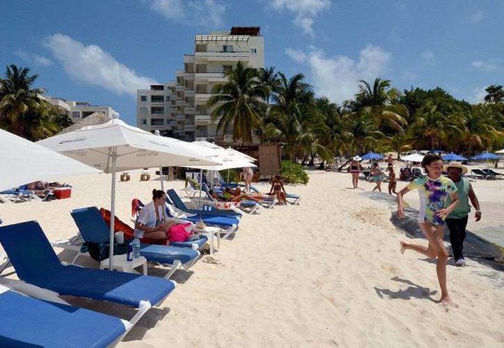 La Policía Turística estará realizando vigilancia permanente en el malecón de la Rueda Medina y la zona de Playa Norte. (Redacción/SIPSE)