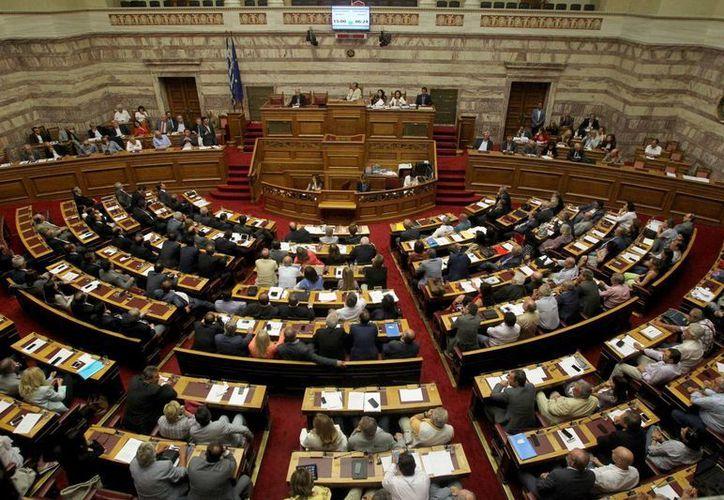 """El Eurogrupo dio luz verde al """"préstamo puente"""" para Grecia, el cual tendría una duración de tres meses. (AP)"""