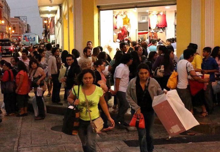 Mérida registró ayer intensa actividad de compradores en plazas comerciales y el centro. (José Acosta/SIPSE)