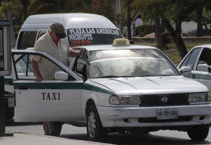 Los taxistas son sancionados con hasta siete mil 340 pesos por circular sin permiso en el estado. (Tomás Álvarez/SIPSE)