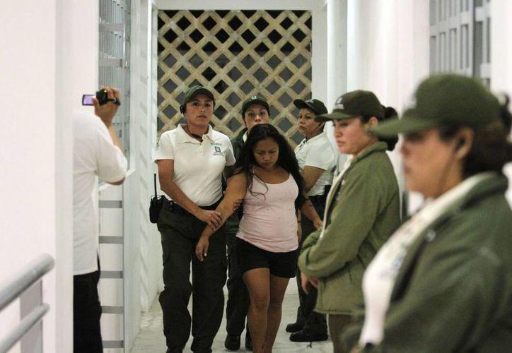 El traslado de las primeras mujeres del Cereso general de Mérida al reclusorio femenil, la noche del martes 4 de febrero. (Cortesía)