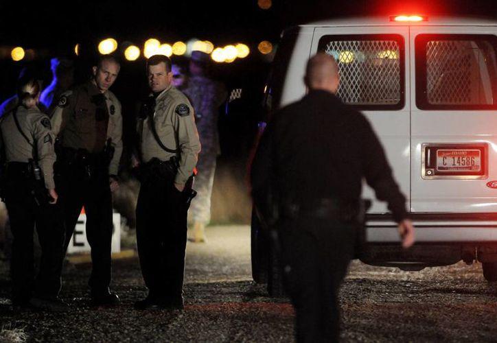 Una camioneta llega al lugar donde se estrelló un helicóptero Apache de la Guardia Nacional, en el aeropuerto de Boise, en el estado de Idaho. (Milenio Novedades)