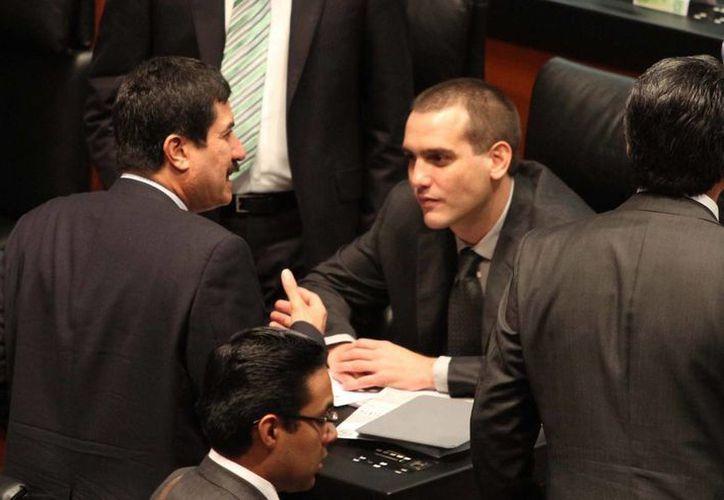 Los senadores Javier Corral y Emilio González durante la Sesión de la Cámara de Senadores. (Archivo/Notimex)