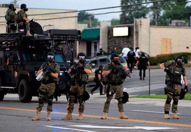 Oficiales de policía fuertemente armados se disponen a disuadir una manifestación en Ferguson, Missouri, el pasado lunes. (Foto: AP Photo/Jeff Roberson)