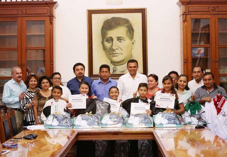 Los integrantes de la delegación yucateca al Parlamento de Niños y Niñas de México 2014 visitaron al gobernador de Yucatán, Rolando Zapata Bello. (Cortesía)