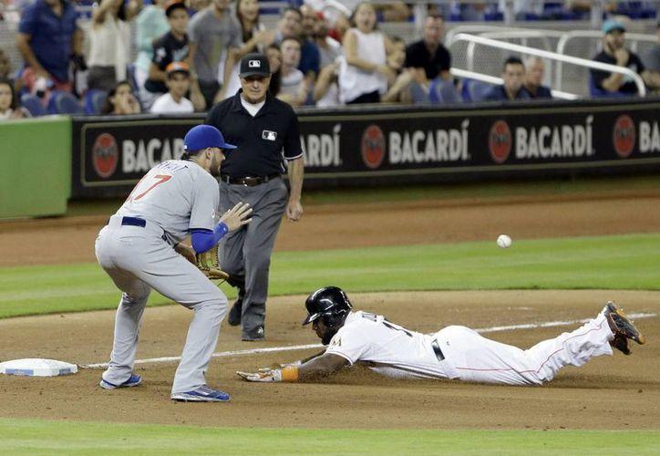 Marcell Ozuna, de Marlins, llega limpio a la tercera base en partido contra Cachorros de Chicago, que de todas formas ganaron 5-1. (Foto: AP)