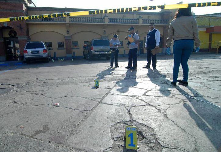 La policía encontró al menos 15 casquillos en el lugar del ataque. (Imagen de contexto/Notimex)