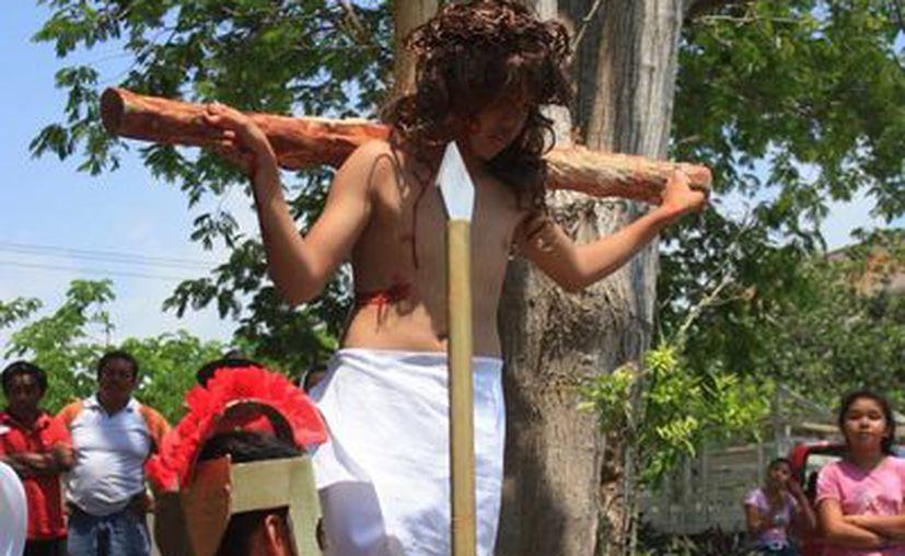 Participaron menores de 11 a 16 de edad en la representación de la muerte de Jesús. (Harold Alcocer/SIPSE)