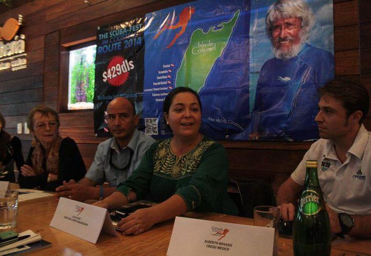 En conferencia de prensa, Gilda Sigie (segunda de la derecha), organizadora, dio a conocer los pormenores del Cozumel Scuba Fest, al que se prevé acudan los amantes de las profundidades. (Octavio Martínez/SIPSE)