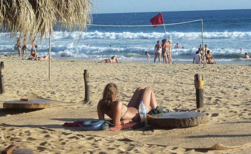 En la Playa Zipolite, Oaxaca, nacionales y extranjeros conviven sin inhibiciones. Esta es la zona nudista más popular de México. (mexplora.com)