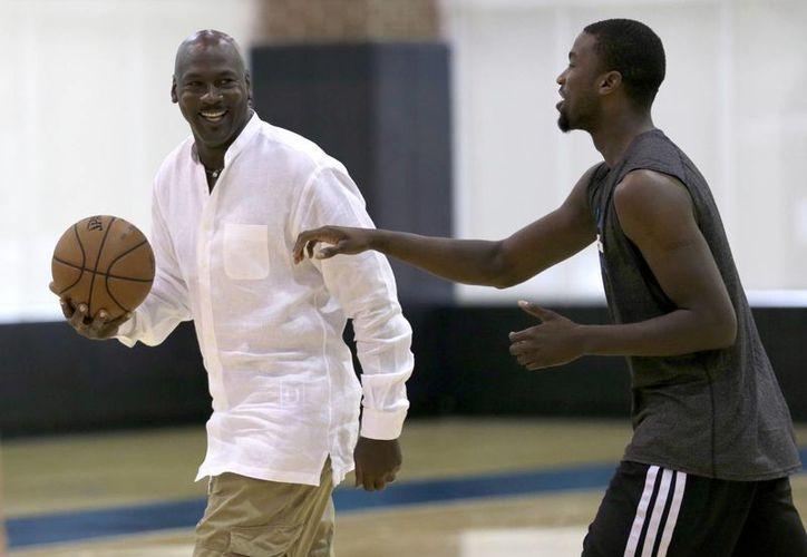 El exbasquetbolista y dueño de Hornets, Michael Jordan, con el jugador Michael Kidd-Gilchrist durante el draft de la NBA. (Foto: AP)