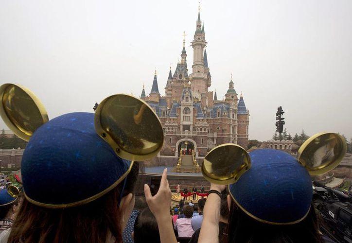 Walt Disney Co. abrió su primer parque temático en china continental el jueves en una ceremonia que mezclaba los discursos de los funcionarios del Partido Comunista, coro y actores para niños chinos vestidos como la Bella durmiente y otros personajes de Disney. (Foto AP / Ng Han Guan)