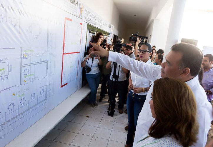 El gobernador de Yucatán, Rolando Zapata Bello, presentó el proyecto arquitectónico del Centro Mujeres Moviendo México, organismo que apoyará a las mujeres que quieran abrir un negocio en Yucatán. (Cortesía)