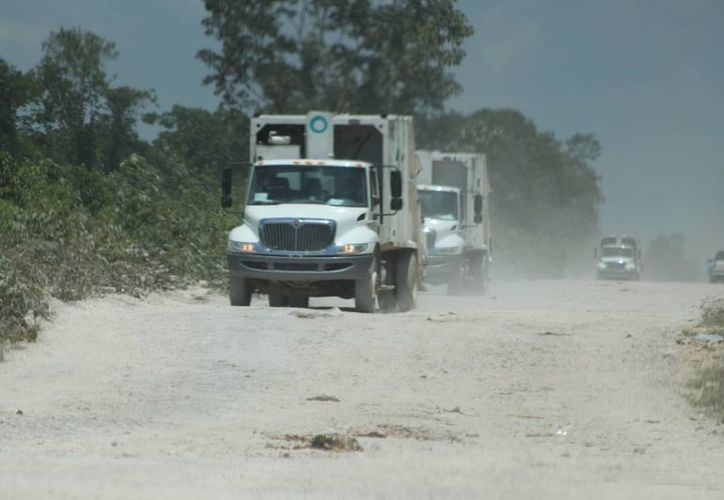 El camino de terracería que va al relleno sanitario daña a los camiones. (Adrián Barreto/SIPSE)