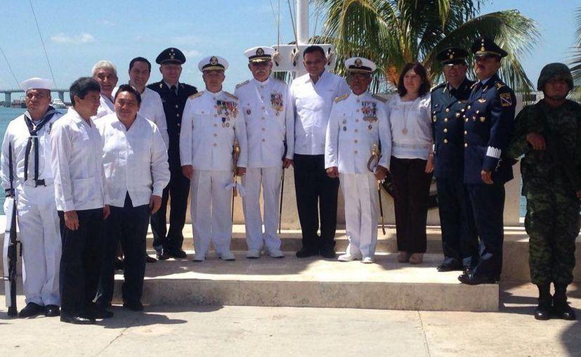 Autoridades civiles -encabezadas por el gobernador, Rolando Zapata Bello- y militares asistieron al cambio de mando en la IX Zona Naval en Yucalpetén, Yucatán. (Gerardo Keb/SIPSE)